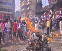 UP के इस जिले में जलती चिताओं के बीच खेली जाती है होली, रंग नहीं चिता की राख लगाते हैं लोग