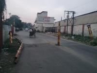 रेलवे स्टेशन के पास ट्रक ने टक्कर मार कर बैरिकेड तोड़ा
