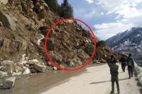 मनाली-रोहतांग मार्ग पर नेहरू कुंड में भूस्खलन, 5 गांवों का कटा संपर्क