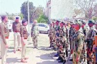 लोकसभा चुनाव को लेकर पुलिस व अर्धसैनिक बलों ने निकाला फ्लैग मार्च