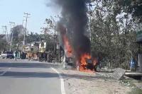 चलती गाड़ी में अचानक लगी भीषण आग, कार सवार युवक ने कूदकर बचाई जान