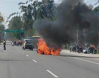 चलती बाइक में लगी आग, चालक ने दोस्त सहित कूदकर बचाई जान