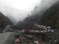 शूटिंग स्टोनस और लैंडस्लाइड ने फिर रोकी तीन सौ किलोमीटर लंबे जम्मू-श्रीनगर एनएच की रफ्तार
