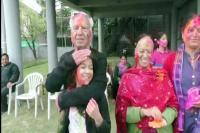 पालमपुर में शांता और विपिन परमार ने परिवार संग मनाई होली (Watch Video)
