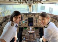 पायलट मां-बेटी ने एक ही फ्लाइट में भरी उड़ान, फोटो वायरल