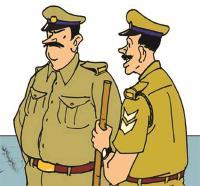 महिला के साथ संदिग्ध हालत में मिले 2 पुलिसकर्मियों को ग्रामीणों ने बनाया बंधक