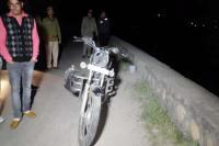 मोटरसाइकिल स्किड होने से नहर में गिरे 2 युवक, एक का शव बरामद-दूसरा लापता(VIdeo)