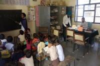 विद्यार्थियों को अपने कार्यालय में पढ़ाने को मजबूर हैडमास्टर