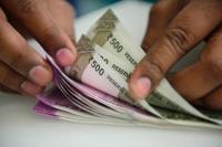 शुरुआती कारोबार में रुपया लुढ़का, डॉलर के मुकाबले 32 पैसे कमजोर
