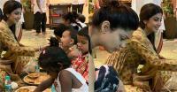 जमीन पर बैठ शिल्पा ने कन्याओं को खिलाया भोजन, बहन शमिता ने बंटाया हाथ