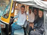 जब ऑटो रिक्शा में सवार होकर ज्वालामुखी मंदिर पहुंचे वीरभद्र सिंह, लोग भी हुए हैरान(Video)