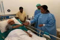 घायल शशि थरूर को हॉस्पिटल में देखने पहुंचीं निर्मला सीतारमण