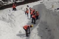 आवाजाही दुरुस्त करना प्रशासन के लिए बना चुनौती, 3 हफ्तों से केदारनाथ धाम से हटाई जा रही बर्फ