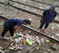 सिटी स्टेशन की सफाई व्यवस्था बुरी तरह चरमराई, रेल लाइन में लगे कूड़े के अंबार
