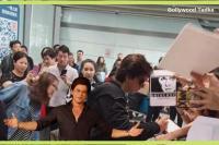 चीन में छाए किंग खान, दिलवाले शाहरुख के साथ सेल्फी लेने की दिखी दीवानगी