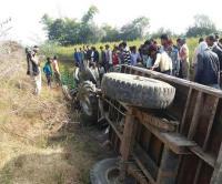 बड़ा हादसा: मैनपुरी में ट्रैक्टर ट्राली पलटने से 3 की दर्दनाक मौत, 12 घायल
