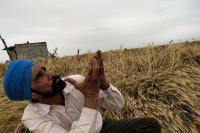 बदलते मौसम के मिजाज के चलते किसानों की आंखों में आए आंसू