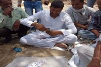 ताश पत्ते खेल रहे थे विधायक, तस्वीर सोशल मीडिया पर वायरल