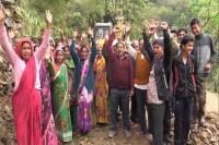 इस गांव में सड़क निर्माण ना होने पर ग्रामीणों में रोष, JCB को कब्जे में लेकर रुकवाया काम