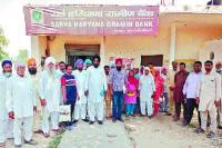 बैंक खातों से लाखों की राशि गायब होने पर भड़के ग्रामीण