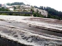 शिमला के ठियोग में किसानों पर बरपा ओलावृष्टि का कहर, NH-5 जाम