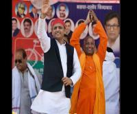 अखिलेश संग मंच पर पहुंचा CM योगी का 'हमशक्ल', जानिए फिर क्या हुआ....
