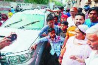 रंजिशन 2 गुटों में हिंसक झड़प, गाड़ियों पर पथराव, फायरिंग