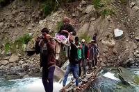 ग्रामीणों ने गर्भवती महिला को कंधे पर बिठाकर 11 किमी. का रास्ता किया तय, पहुंचाया अस्पताल