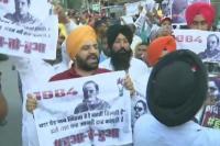 प्रियंका गांधी के रोड शो में लोगों ने किया विरोध प्रदर्शन