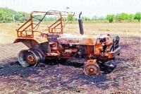खेत में तूड़ी बनाते हुए ट्रैक्टर जला