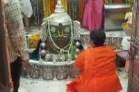चुनाव के बाद उज्जैन पहुंची साध्वी प्रज्ञा, मंदिर में की पूजा अर्चना
