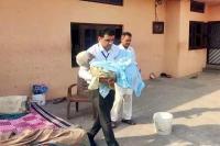 SDM ने पेश की मानवता की मिसाल, बीमार बुजुर्ग दिव्यांग को गोद में उठाकर पहुंचाया Polling Booth