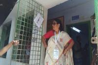 मतदान केंद्र पर सुरक्षाकर्मियों से भिड़ीं TMC की महिला सांसद, देखें Video