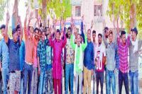 ग्रामीणों ने थाने के बाहर पुलिस के खिलाफ किया प्रदर्शन