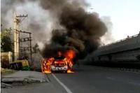 चलती कार में लगी भीषण आग, चालक कुदकर बचाई जान