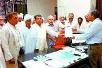 बकाया भुगतान को लेकर किसानों ने एस.डी.एम. को सौंपा ज्ञापन