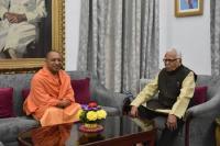 CM योगी ने राज्यपाल से की शिष्टाचारिक भेंट, प्रदेश से जुड़े विषयों पर की चर्चा