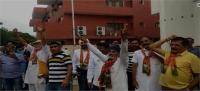 भाजपा कार्यकर्ता मना रहे जश्न, लगा रहे हर हर मोदी के नारे