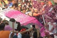 जीत के बाद भाजपा मुख्यालय पहुंचे अमित शाह, कार्यकर्ताओं ने फूलों से किया स्वागत