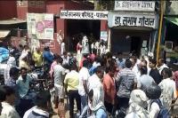 3 महीने से नालियां और सीवरेज के पानी से परेशान दुकानदारों ने की नारेबाजी