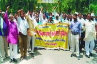 सफाई कर्मचारियों ने निगम मुख्यालय पर किया प्रदर्शन