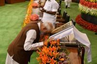 भारत के संविधान के आगे नतमस्तक हुए पीएम मोदी