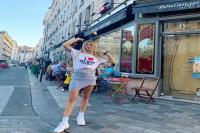 गर्मी लगने पर टैनिस प्लेयर युजीन ने भरे बाजार में उतार दी टी-शर्ट