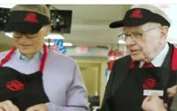 दुनिया के सबसे अमीर शख्स बिल गेट्स और वॉरेन बफे बने वेटर (देखें वीडियो)