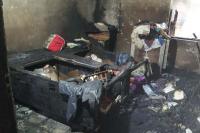 बिजली के शार्ट सर्किट से लगी आग के कारण घर व दुकान का समान जलकर राख