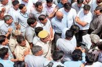 दिल्ली में फ्री सफर पर अरविंद केजरीवाल का विरोध, महिला ने पकड़ी शर्ट