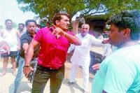 नकली पुलिस कर्मचारी व ग्रामीणों के बीच झड़प