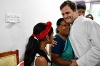केरल: उस नर्स से मिले राहुल गांधी, जिसने उन्हें जन्म के समय लिया था हाथों में