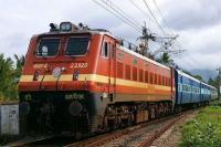 चक्रवात 'वायु': रेलवे ने रद्द कीं 77 ट्रेनें, 33 अन्य आंशिक रूप से रोकी गईं