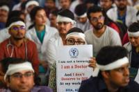 मारपीट के खिलाफ धरने पर देशभर के डॉक्टर, मरीज हुए परेशान